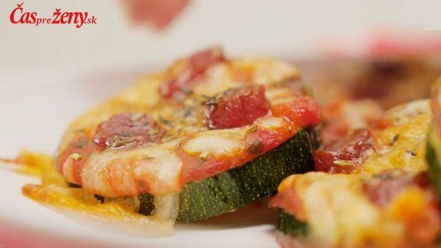 Pripravte si originálne jednohubky pre hostí: Cuketové mini pizza chuťovky zmiznú zo stola ešte zahorúca | Casprezeny.sk