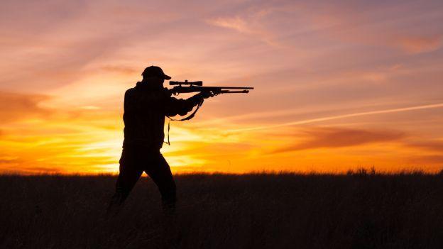 Giovane ubriaco, con due fucili, va a caccia di notte. Fermato e denunciato dai…