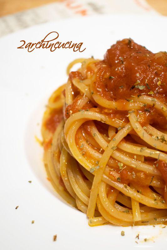 Gli spaghetti al sugo all'aglione sono un primo piatto di #pasta accompagnato da un #sugo a base di #aglio e #pomodoro. Si tratta di un primo piatto facile da preparare che deriva da una ricetta tipica Toscana: i Pici all'aglione.