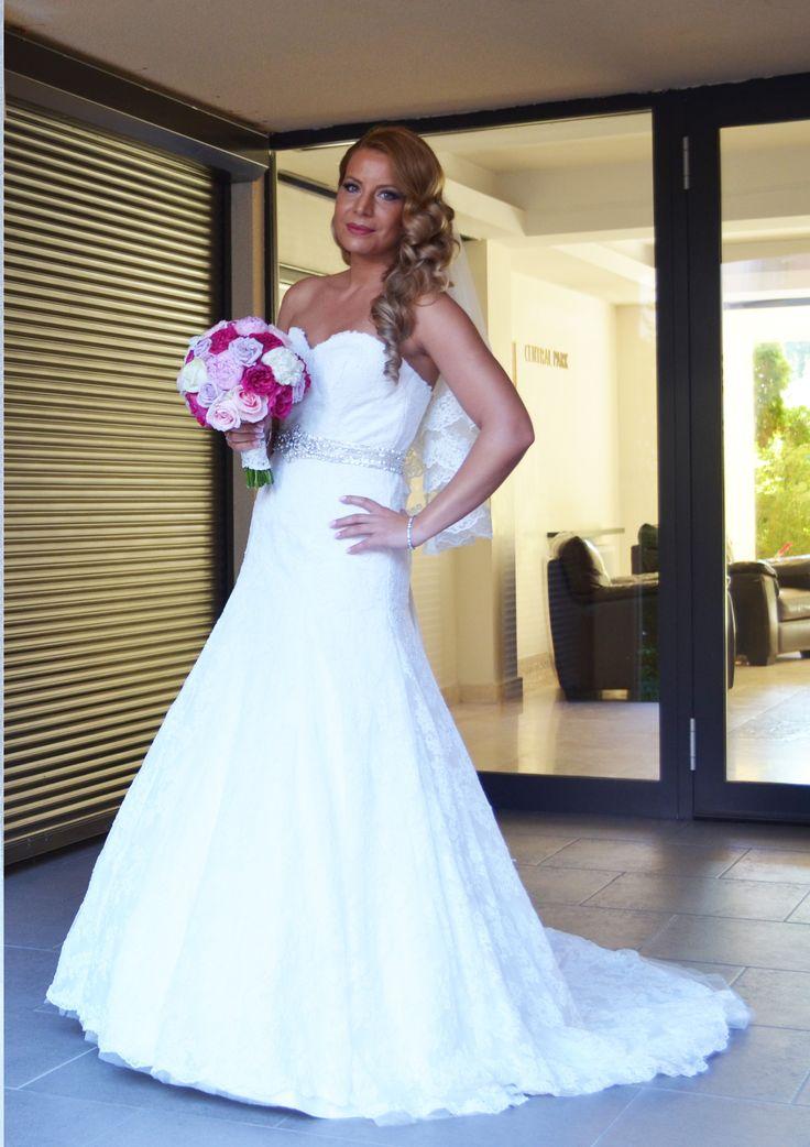 O rochie deosebită, o mireasă de poveste, o nuntă de vis! Ne bucurăm că rochia de mireasă Lillian West 6293 a contribuit la reusita unui eveniment de neuitat pentru Corina. Casa de piatra!  www.evrikabrides.ro/rochii-de-mireasa-lillian-west-6293.php