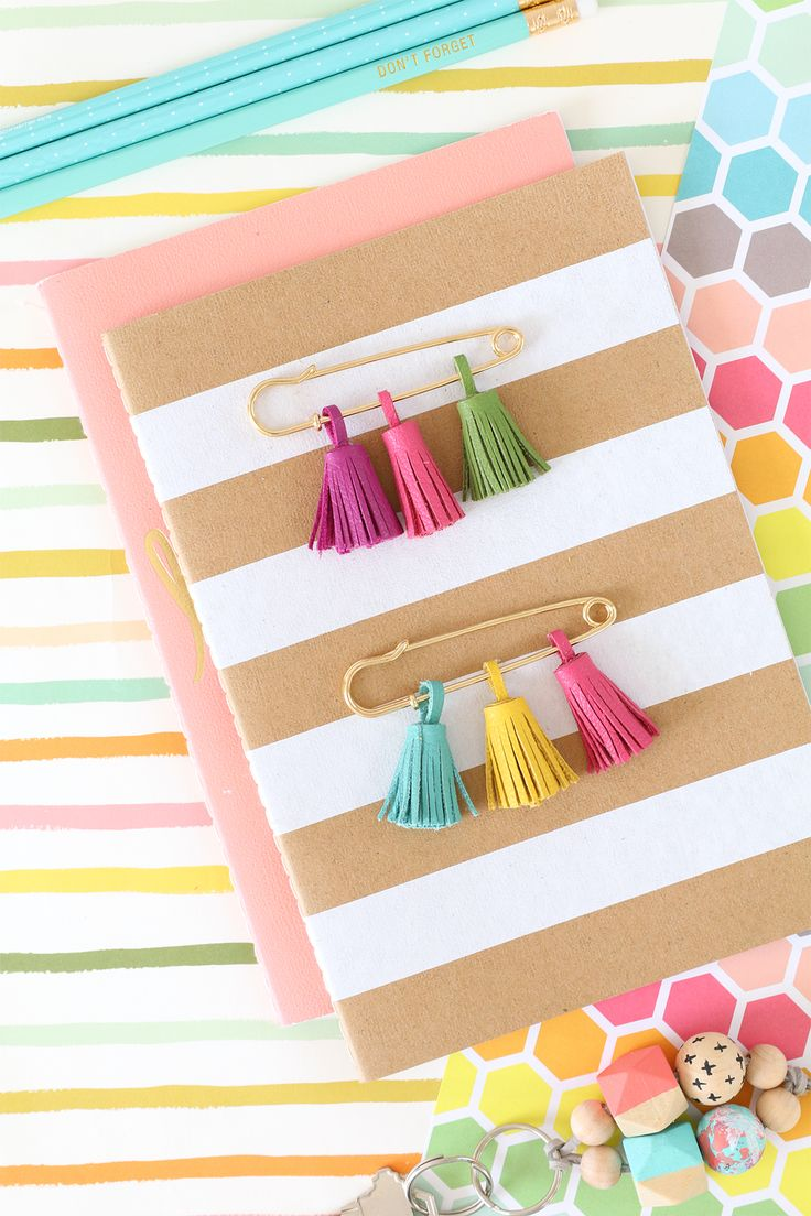 Learn how to make these fun tassel pins from @damasklove in just a few steps! We love how this project adds style to any tote, notebook or even a jacket. Click in for the inspiration and products needed.