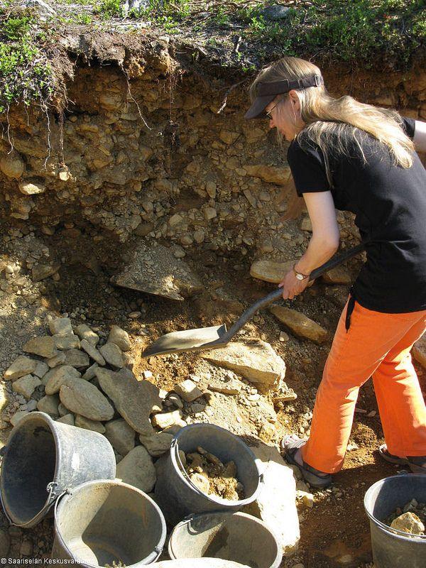 Gold panning (3) | Saariselkä, buy gold digging excursion from www.saariselka.com, #laanioja #kullanhuuhdonta #kullankaivuu #goldpanning #golddigging #sateenkaarenpaa #saariselkä #saariselka #saariselankeskusvaraamo #saariselkabooking #astueramaahan #stepintothewilderness #lapland