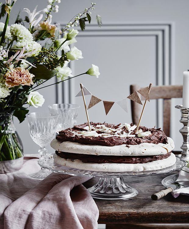 Glæd dig til den ultimative marengslagkage med chokoladecreme, der imponerer med sin fløjlsbløde creme og sprøde bund. Den er elegant og endda nem at lave!
