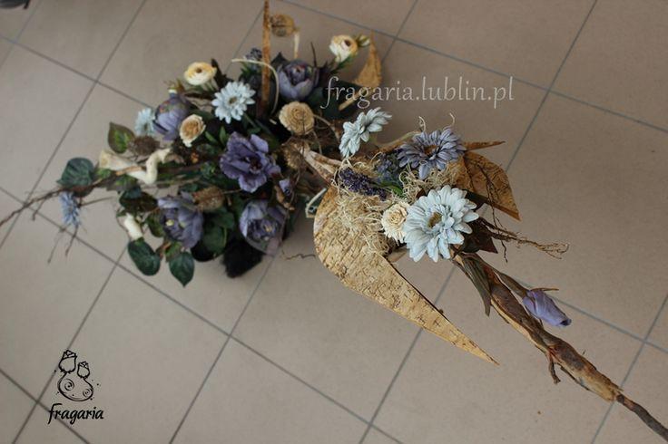 W szybkim skrócie: Kompozycja pionowa, 105 x 74 cm Dodatki naturalne Obciążona gipsem Zawężona gama kolorystyczna: odcienie szarości i krem Kwiat gerbery, eustomy, piwonii