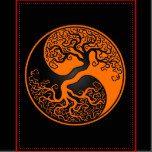 Este yin único yang ofrece un árbol torcido que crece del centro del diseño. Las ramas complejas que extienden en el top del modelo del descenso del rasgón son una imagen de espejo de las raíces que cuelgan abajo. Este árbol imponente del diseño de la vida es una representación hermosa del equilibrio de la naturaleza.