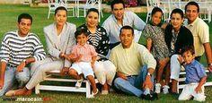 Moulay Rachid, Lalla Hasna, Moulay Yazid (fils Asmaâ), Lalla Asmaâ, Mohammed VI (alors prince héritier), Khalid Bouchentouf (derrière Mohammed VI), Lalla Soukaïna, Lalla Meryem, Fouad el-Filali, Moulay Idriss. Lalla Soukaïna et Moulay Idriss sont les enfants de Lalla Meryem