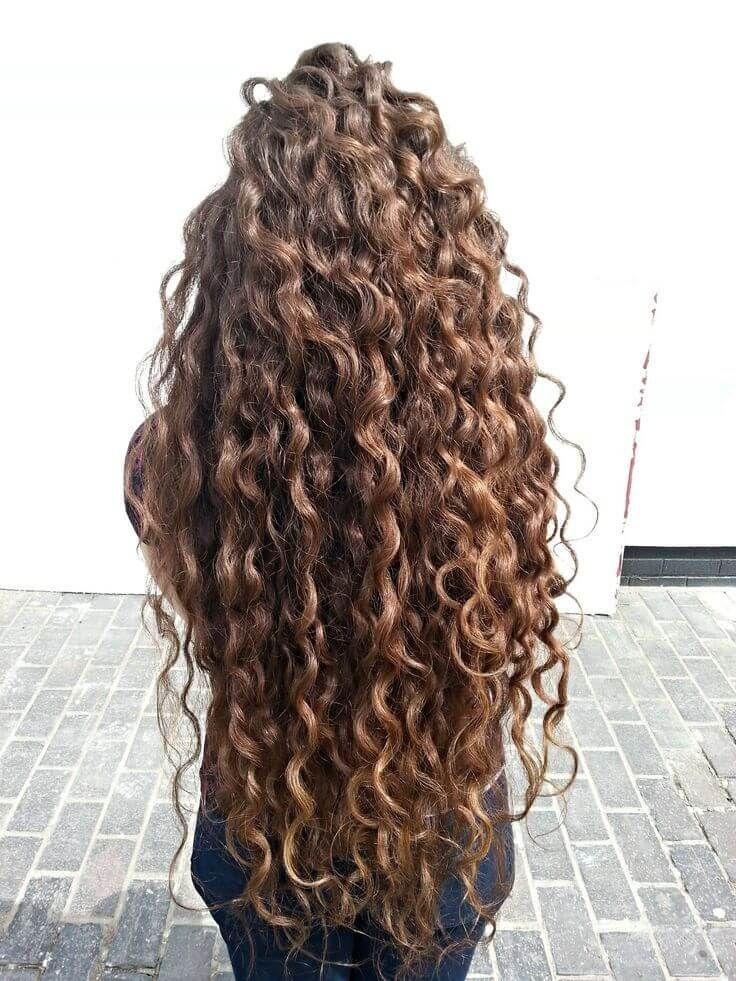 pelo largo y rizado