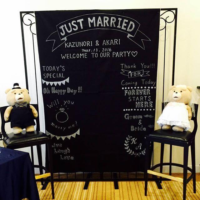 当日のフォトブースがこちら♪ フォトプロップスも作って一緒に置きました❤ みんなここで写真撮ってくれたみたい~✨ よかった~❤ もう少し上とか横とかにペーパーポンポンとか作って飾りたかったけど、そこまでできなかった( ̄▽ ̄;) #ブライダル #結婚式 #bridal #wedding #ウェディング #結婚式DIY #ウェディングアイテム #ナチュラルウェディング #手作りアイテム #フォトブース #黒板風 #エトワル #etoile