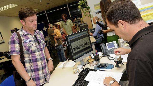 Uno de cada cien empleados de la Administración autonómica y personal docente tuvo un accidente laboral el pasado año. En 2012 se produjeron 386 accidentes laborales.  http://e-pqi.blogspot.com.es/2013/03/la-administracion-publica-suma-386.html