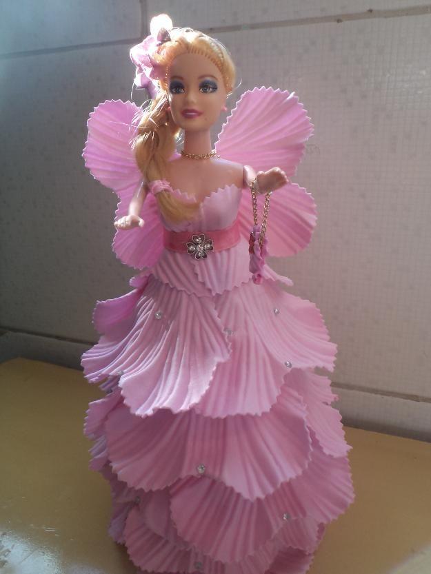 Linda boneca vestida com roupa em EVA.