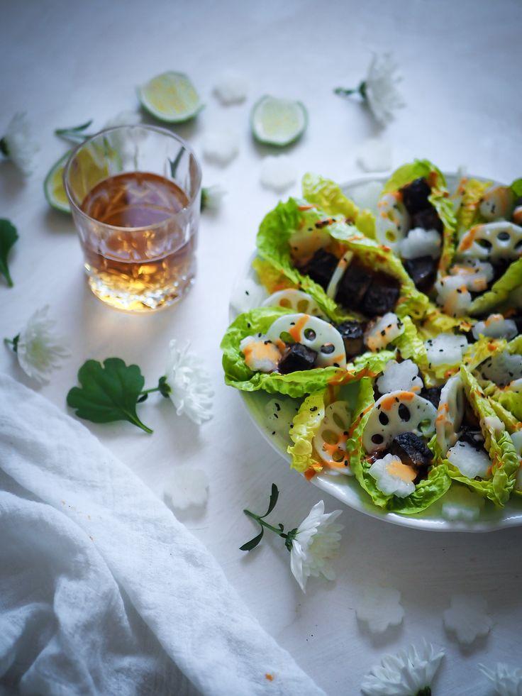 Salaattiveneet, tämän vuoden hurahdukseni, tällä kertaa täytettyinä mustalla seesamitofulla ja pikkelöidyllä lootuksella. Nämä vegaaniset sormisyötävät sopivat niin cocktailpalaksi kuin kevyeksi lounaaksikin!
