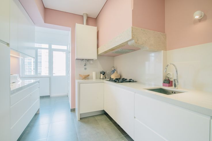 HomeLovers: kitchen with pink wall