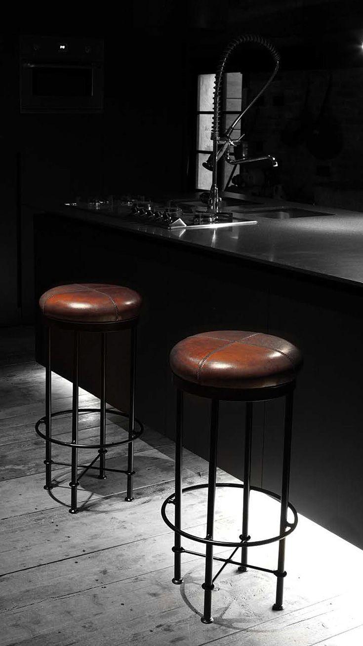 Struttura in ferro, #seduta in #pelle di bufalo, gli #sgabelli Pub trasmettono all'ambiente #design ed unicità. #stool #leather #style