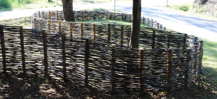 land-art-plessis   palissades pour le Conseil Général du Gard dans le cadre de l'aménagement de délaissés routiers sur la RD 906 entre Alès et Génolhac : 340 m² de plessis en bois de châtaignier : 550 piquets plantés, 6 000 arbres tressés. Tous les arbres tressés sur ce chantier ont été coupés, sélectionnés, ébranchés un par un dans les Cévennes, en Lozère. Atelier chatersèn
