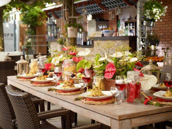 """Dolce Vita!  Einladende florale Tischdekoration mit verschiedenen Schnittanthurien.  Die Verwendung dieses Bildes ist für redaktionelle Zwecke honorarfrei. Veröffentlichung bitte unter Quellenangabe: """"Fachverband Deutscher Floristen e.V./ Blumenbüro"""