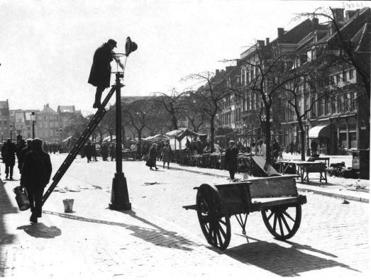 Een #lantaarnopsteker is een persoon die de vroeger nog op gas of olie werkende straatlantaarns aanstak, meestal met behulp van een lange stok.   De lantaarnopsteker had in veel dorpen ook de rol van bewaker, omdat hij 's avonds door de dorpen of steden heen liep. Doordat steeds meer plaatsen van gaslicht overgingen op het elektriciteitsnet is het beroep lantaarnopsteker geleidelijk uitgestorven.  De laatste lantaarnopsteker ging in Haarlem in 1957 met pensioen. .