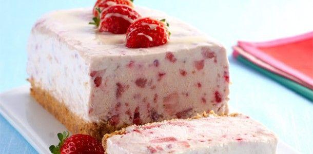 Gelado de leite condensado com frutas vermelhas