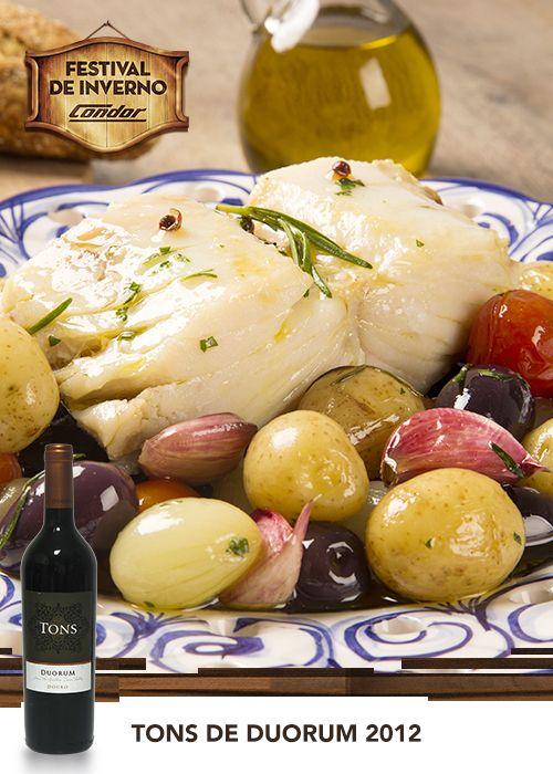 Bacalhau à portuguesa é uma receita que vai bem o ano inteiro. É uma ótima opção para um almoço em família. E para harmonizar com o prato você pode escolher um vinho tinto Tons de Duorum.  Veja essa e outras receitas em:  http://www.condor.com.br/receitas.