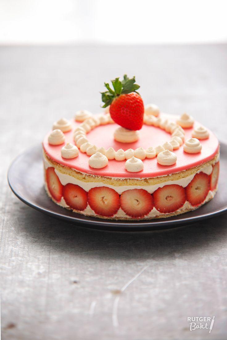 In deze prachtige fraisier zorgen de frisse smaak van de sappige aardbeien en de romige vulling voor een sprankelend geheel!