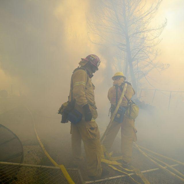 I vigili del fuoco cercano di spegnere un incendio vicino al fiume Mojave, tra Apple Valley e Victorville, nella contea di San Bernardino, California