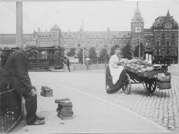 Amsterdam, Prins Hendrikkade met op de achtergrond het Centraal Station 1908 van fotograaf J.L. Scherpenisse