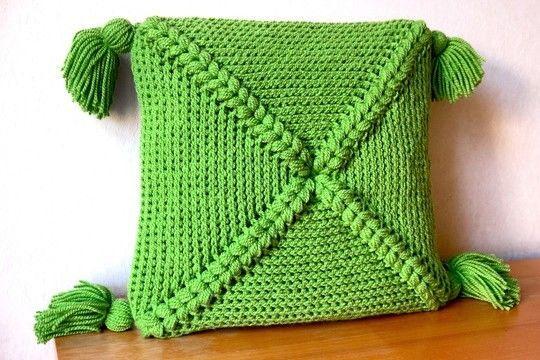 Mit diesem Häkelkissen kuschelt man sich doch gern auf's Sofa - Anleitung via Makerist.de