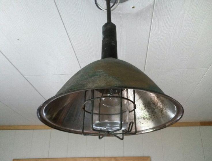 Mannen lagde lampe av en gammel skål og industrilampe. Denne lyser opp kjøkkenet:)
