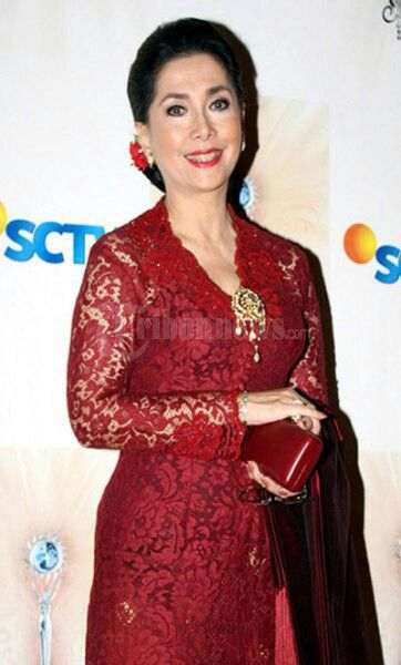Gorgeous kebaya worn by actress Widyawati. At 65, she's ageless!!