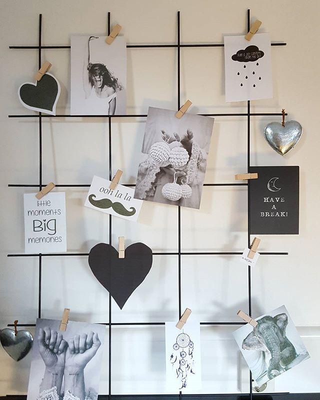Hier dan mn diy projectje van gister! Lkkr goedkoop als je nog (beton)gaas hebt liggen. Zwart overgespoten, en afbeeldingen uitgeprint! O.a. van @huisjenr37.nl bij haar kun je kaartjes gratis uitprinten, ik vind m leuk geworden! Jullie ook? #diy #diyinspiration #wednesday #hannahlemholt #wandrek #blackwhitegrey @budgethome #homecrush #showhome #inspiration @by_hemoon #middleweekinspiration #budgettip #budgethome #kaartenhuisjenr37