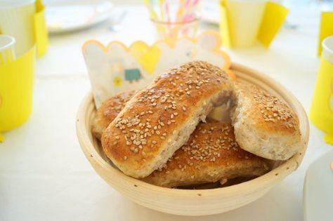Pølsebrød med rugmel. De her gode pølsebrød med rugmel og havregryn bagte jeg til Maltes 3 års fødselsdag.