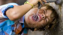 """In der Kleinstadt Cascade Locks im US-Bundesstaat Oregon trifft Nestlé auf einen unerwarteten Gegner: Gegen die Pläne des Konzerns, dort Wasser in Flaschen abzufüllen protestiert eine gut organisierte Bürgerinitiative. Das neue Video des """"Story of Stuff Project"""" zeigt, wie sich die Gier eines mächtigen Konzerns auf die Gesellschaft auswirken kann – und macht gleichzeitig Mut."""