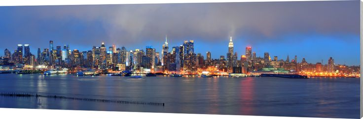 Midtown skyline of NYC. Midtown skyline met schemerige blauwe kleur en regenwolken. Na dit shot volgde een hevige regenbui. Luxe wanddecoratie van Wallstars.