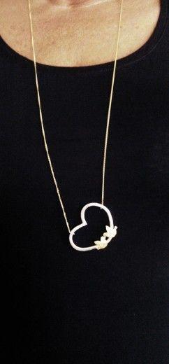 Vergulde duifjes in een zilveren hart. Ketting is zilver verguld.