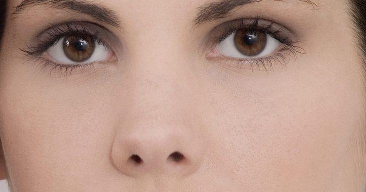 Como contornar e disfarçar um nariz grande. Todos têm falhas que pequenas gostariam de esconder. Talvez seu nariz seja maior do que gostaria e isso o torna desconfortável ao falar com outros. Porém não é necessário recorrer às medidas extremas, como cirurgias plásticas, para deixar seu nariz menor. Ao invés disso, é possível usar uma maquiagem simples, que engana o tamanho das suas falhas. ...