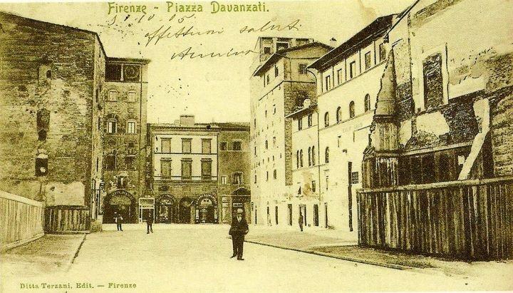 1905: Piazza Davanzati, in front of Palazzo Davanzati half visible in the pic, as seen from Via Sassetti. The area was still under reconstruction.
