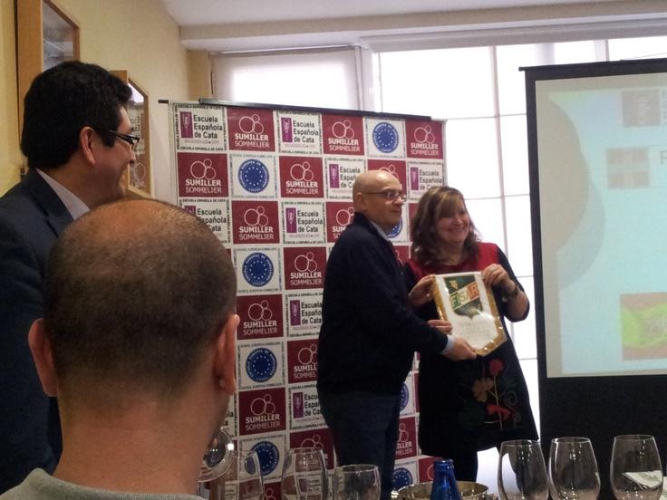 Roberto presidente de Sumilleres de Italia dando la banderola a Carmen Garrobo directora de la Escuela Española de Cata.