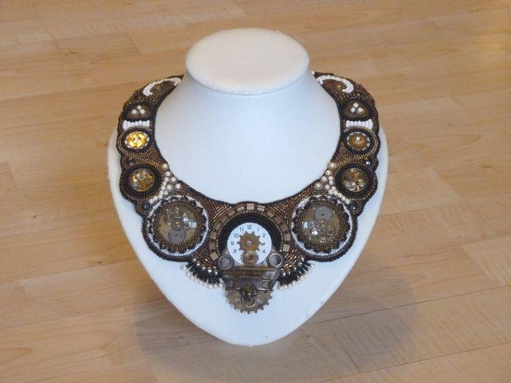 Glasperlencollier aus vielen verschiedenen Perlen, alten Uhrenteilen, fahrradteilen, etc..