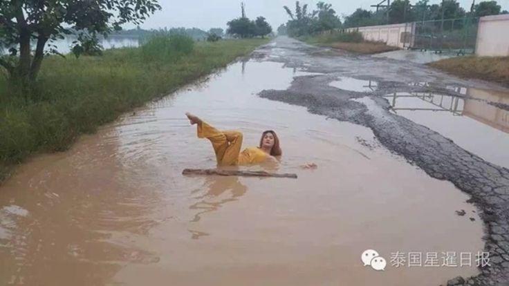 Wanita Cantik Ini Pilih Mandi di Genangan Air Keruh, Pemerintah pun Turun Tangan - http://www.rancahpost.co.id/20161061981/wanita-cantik-ini-pilih-mandi-di-genangan-air-keruh-pemerintah-pun-turun-tangan/
