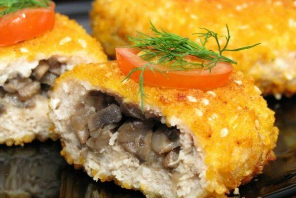 Karbonátky s hubami  400-500 g bravčového mäsa (kuracie) 200-300 g húb 100-150 g pevného syra 1 stredne veľká cibuľa kôpor soľ a korenie  2-4 zemiaky 1 vajce múka rastlinný olej na vyprážanie