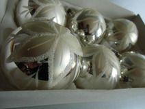 Sehr schöner alter Baumschmuck- Christbaumschmuck, old Germany um 1950  Diese qualitativ hochwertige Thüringer Christbaumschmuck ist aus Lauscha Glas mundgeblasen, handverspiegelt und handdekoriert. Die schönen Kugeln könnten ihrem Weihnachtsbaum das richtige Festtagsambiente geben.
