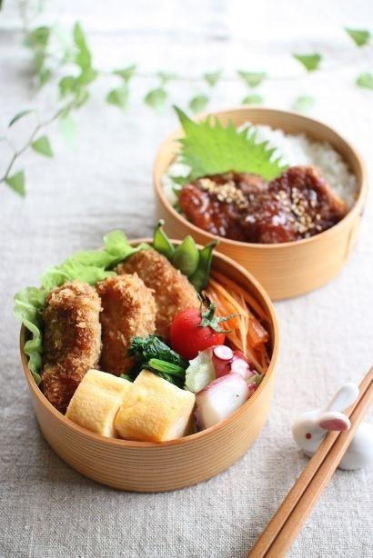 ヒレカツ卵焼きほうれん草のお浸し蛸とセロリの炒めたのキャロットラペプチトマトご飯の上はソースカツ♪