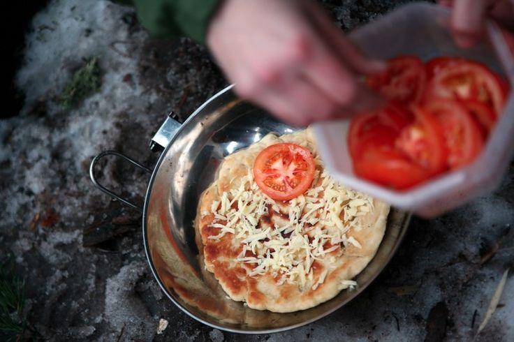 Pizzaen topper du med det du liker og har tilgjengelig. Mye kan forberedes hjemmefra. Foto: Ellen Lande Gossner
