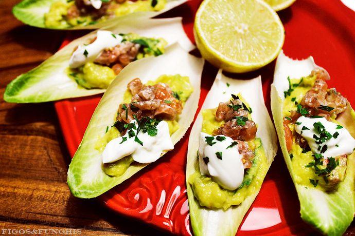 Barcas de endívia com guacamole e tartar de salmão