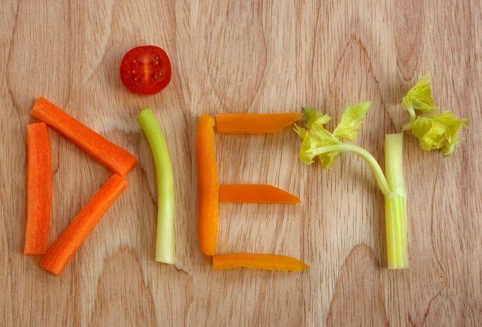 1-й день Завтрак: 2 яйца (один желток, 2 белка), 100 г. овсянки, 1 ст. апельсинового сока, 50 г. обезжиренного творога. Второй завтрак: фруктовый салат, обезжиренный йогурт. Обед: 100 г. вареной курицы, 100 г. риса, зеленый салат. Полдник: Печеная картофелина, обезжиренный йогурт. Ужин: тушеная рыба 200 г., салат, яблоко.  2-й день Завтрак: 100 г мюсли, стакан обезжиренного молока, 2 яйца, немного фруктов. Второй завтрак: 1 стакан морковного сока, 50 г творога. Обед: куриный салат (150-200…