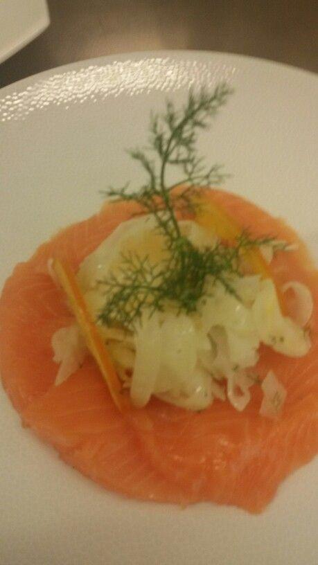 Deliciosooo este Salmon guarnito con finochio,perle d'arancia e arancia candita