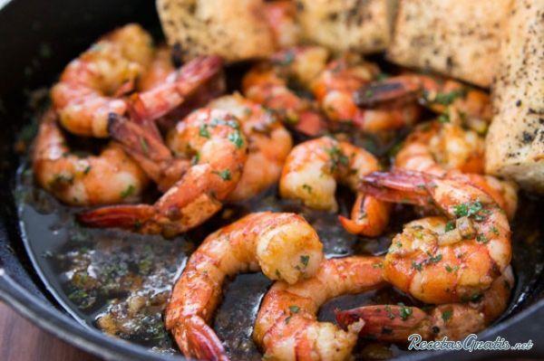Aprende a preparar camarones al ajillo (estilo mexicano) con esta rica y fácil receta.  Esta es una de las recetas más completas que te vas a encontrar en Internet...