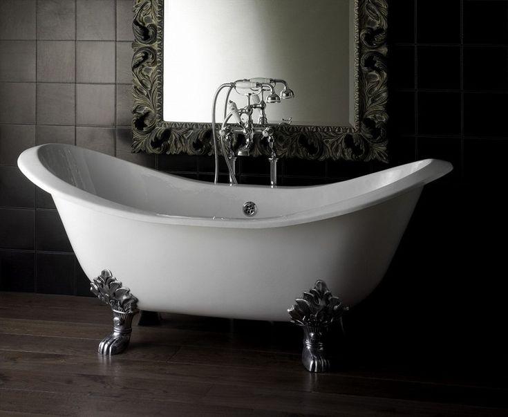 baignoire patte de lion en blanc neige, carrelage mural en noir, miroir design et carrelage imitation bois