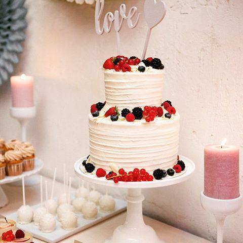 09. cake: Unsere 2-stöckige Hochzeitstorte mit Erdbeer-Champagner-Füllung war Teil unseres Sweet Tables von der @zuckermonarchie der als Nachtisch aufgefahren wurde. Die Gäste waren von der Vielfalt begeistert, denn es gab neben der Torte noch Cupcakes, Cake-Pops, Macarons und Mousse-Törtchen #instaweddingchallenge #instawedding #instabride #wedding #weddingcake #hochtietopndiek