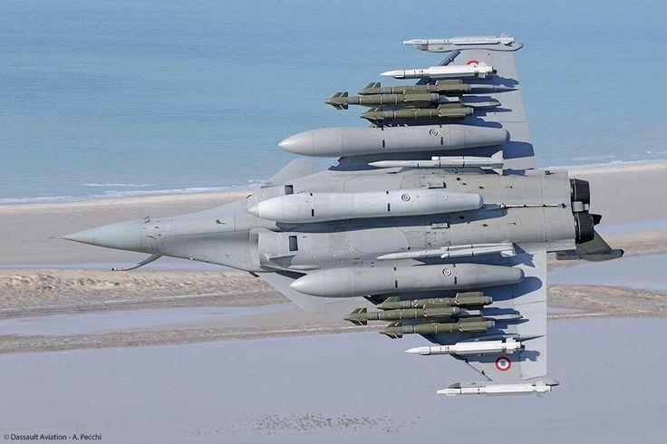 Aviones Caza y de Ataque: Dassault Rafale       Cañones: 1× GIAT 30/719B de calibre 30 mm, con 125 proyectiles (en misiones CAP y CAS). Puntos de anclaje: 14 en total (13 en la versión M) con una capacidad de 9.500 kg, para cargar una combinación de:  Bombas: Bombas guiadas: AASM, armamento guiado de precisión de distintos pesos y con varios sistemas de guiado según la versión. GBU-12 Paveway II, bomba guiada por láser de 500 libras (227 kg). Misiles: Misiles aire-aire: MBDA MICA IR/EM, de…