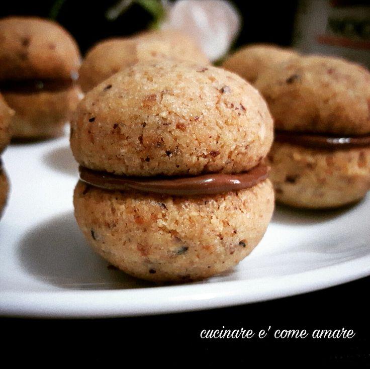Baci di dama, deliziosi,friabili e profumatissimi biscotti alla nocciola farciti con una golosissima crema spalmabile alle nocciole.